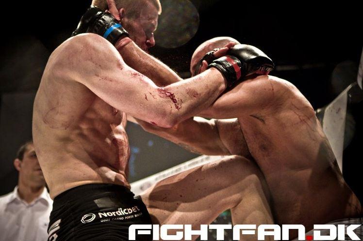 Emil against Swede Mohammed Abdallah in a crazy war (Photo by Jesper S. Baek, Fightfan.dk)