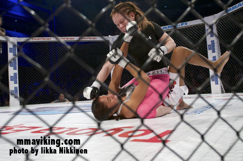 Tina Lähdemäki dominated her foe, Karla Benitez, who eventually was laid to slumber by an armtriangle choke.